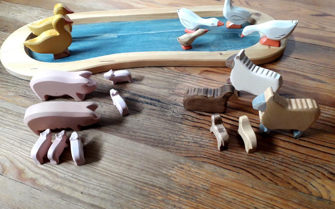 Les animaux en bois et le lac